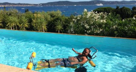 Tony Moggio victim of a Rugby accident makes a crazy bet : Cross the Gulf of Saint Tropez to swim